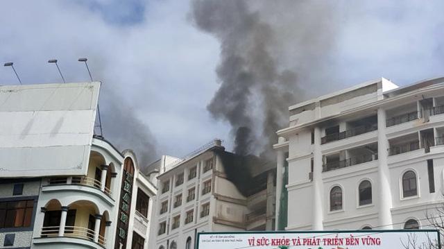 Cận cảnh vụ hỏa hoạn bất ngờ tại sạn 5 sao - Ảnh: C.Thành