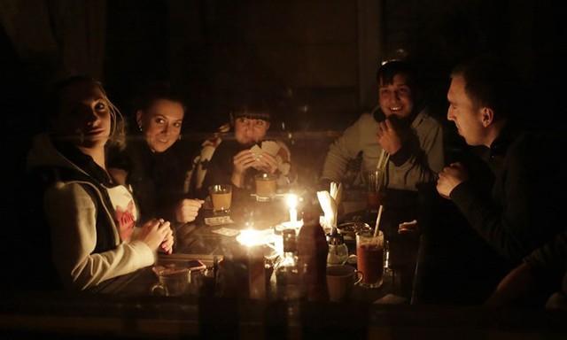 Người dân Crimea ăn tối dưới ánh nến do mất điện.