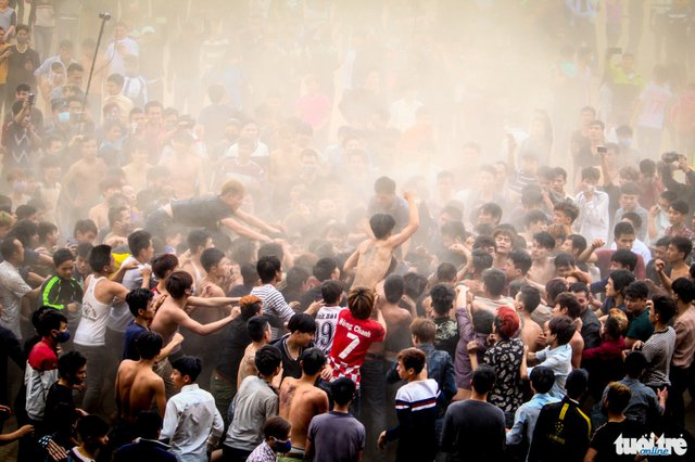 Khoảng 15g30, quả phết đầu tiên được đưa đến giữa bãi bồi ven sông Hồng, ngay lập tức hàng trăm thanh niên lao vào nhau tạo ra một khung cảnh hỗn loạn, bụi cát mù mịt cả một góc sông - Ảnh: Nguyễn Khánh
