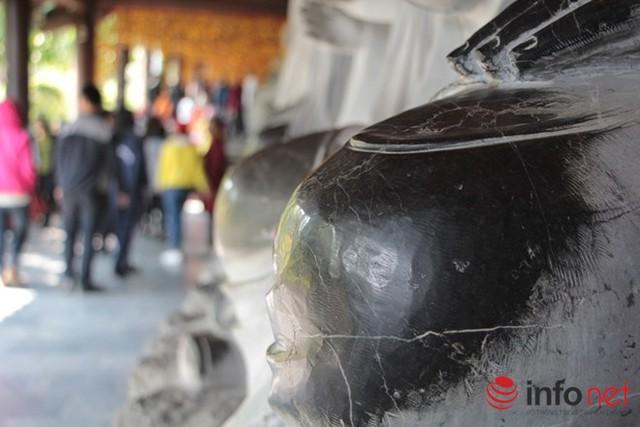 Những phần màu đen bị bóng lên trên tượng là do khách tham quan sờ vào quá nhiều.