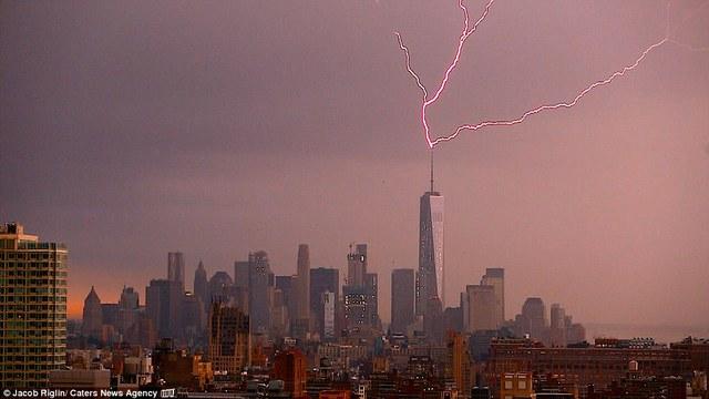 Tia sét đánh trúng Trung tâm Thương mại Thế giới tại Mỹ.