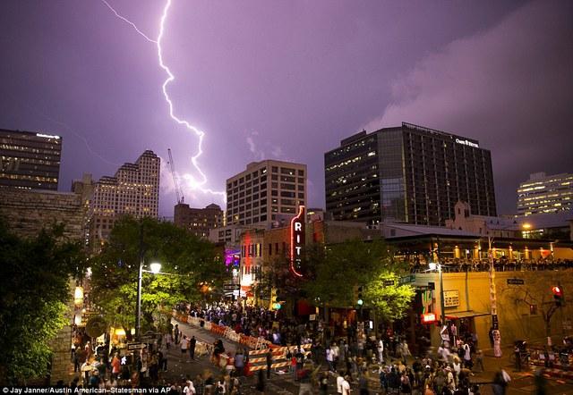 Sét loằng ngoằng trên bầu trời trong lúc diễn ra lễ hội đường phố Austin, bang Texas, Mỹ.