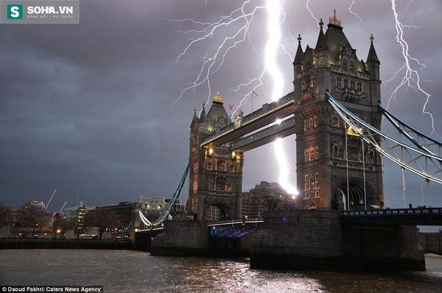 Sét đánh bên Cầu Tháp – biểu tượng của thủ đô London, Anh.