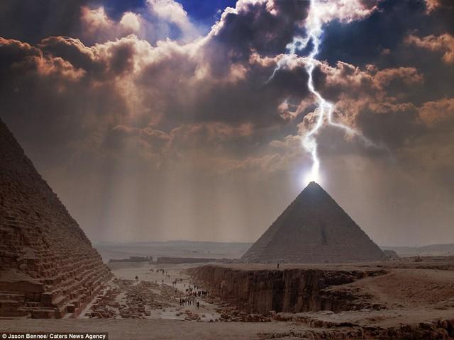 Sét như đánh thẳng vào đỉnh kim tự tháp Giza, Ai Cập.