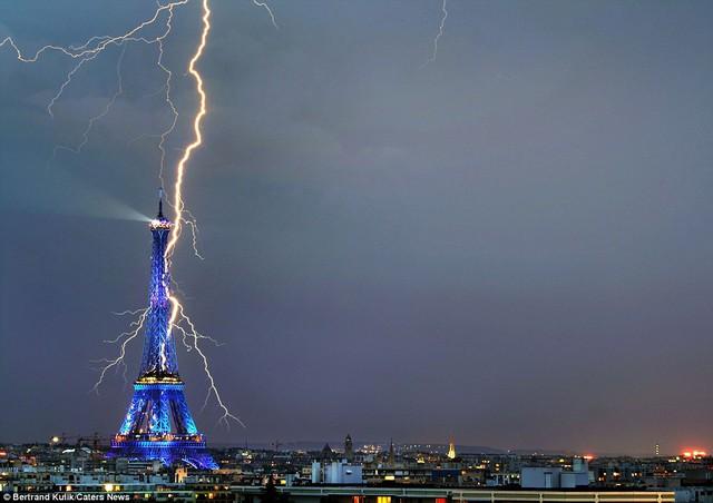 Sét như xoắn vào tháp Effel, thủ đô Paris, CH Pháp.