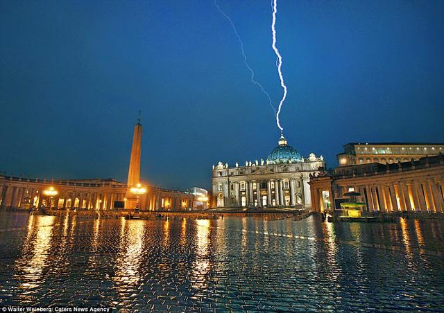Tia sét mảnh mai như đánh vào nhà thờ Thánh Peter trong Tòa thánh Vatican.