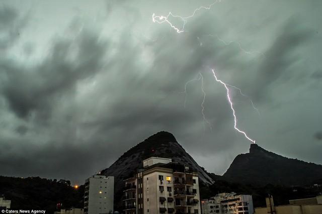 Tia sét hồng đánh vào tượng Chúa Cứu thế trên đỉnh núi Corcovado tại Brazil.