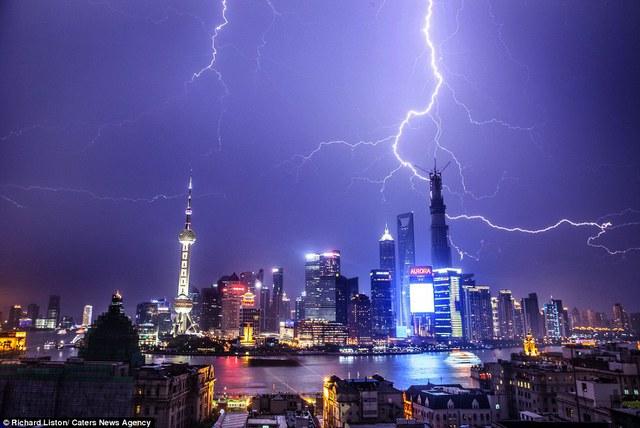 Sấm chớp loằng ngoằng trên các tòa cao ốc tại Thượng Hải, Trung Quốc.