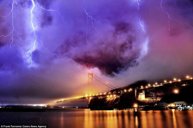 Bầu trời đáng sợ trên cầu Cổng vàng, thành phố San Francisco, Mỹ.