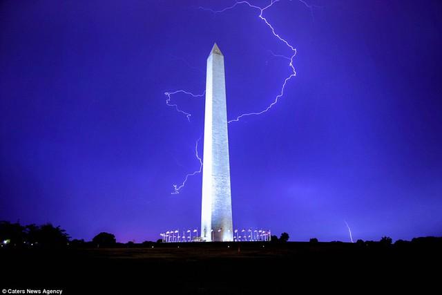 Sấm sét quẩn quanh Đài tưởng niệm tại thủ đô Washington, Mỹ.
