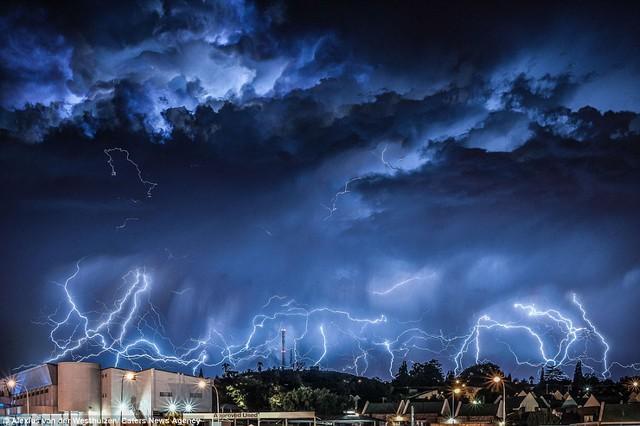 Mây bão mang theo sét xanh nhảy múa trên bầu trời Oakdene, ngoại ô Johannesburg, Nam Phi.