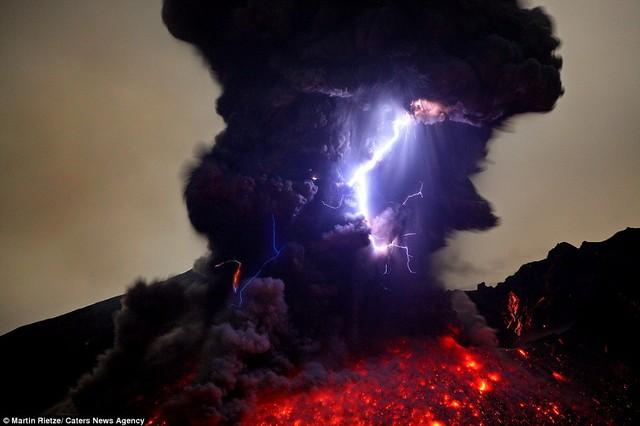 Sét nổ như đánh trúng nham thạch núi lửa Sakurajima, phía nam Nhật Bản.
