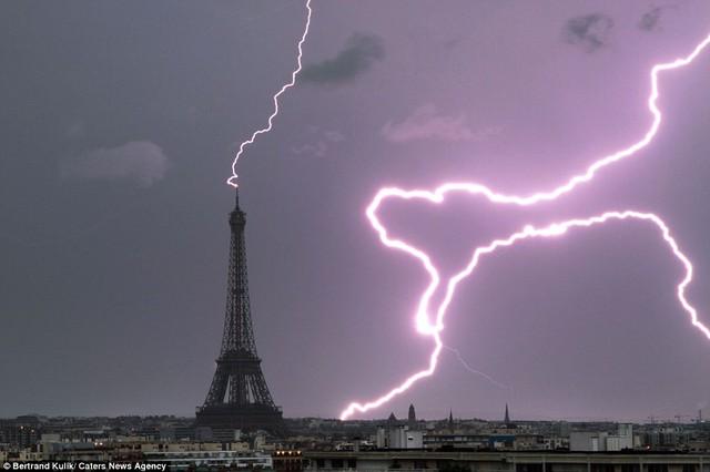 Sét đánh vào đỉnh tháp Eiffel.