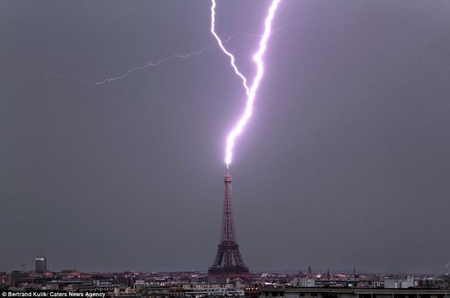 Ảnh này cho thấy sét đánh vào tháp Eiffel đáng sợ hơn.