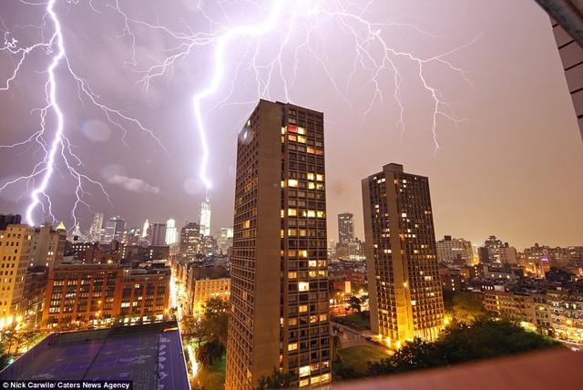 Bầu trời thành phố New York (Mỹ) sáng lòa vì sấm sét.