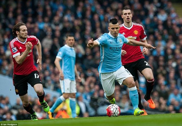 Các pha tấn công của Aguero và đồng đội tỏ ra vô cùng bế tắc trước hàng thủ tầng lớp của Man United.