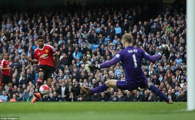 Chân sút trẻ tuổi dễ dàng đánh bại Joe Hart mở tỉ số cho Man United.