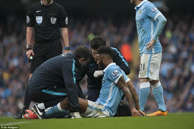 Ít phút sau, Sterling chấn thương phải rời sân.