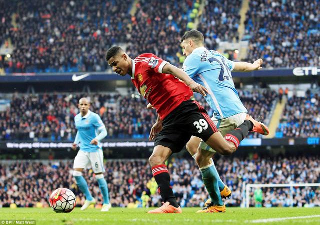 Vận may sớm đến với Man United khi Demichelis mắc sai lầm ở phút thứ 16, tạo cơ hội cho Rashford băng xuống.