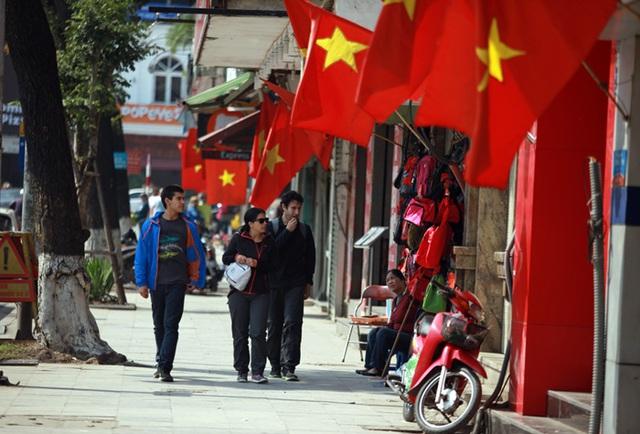 Những con đường treo cờ Tổ quốc, chỉ còn người nước ngoài qua lại (Ảnh: CAND)