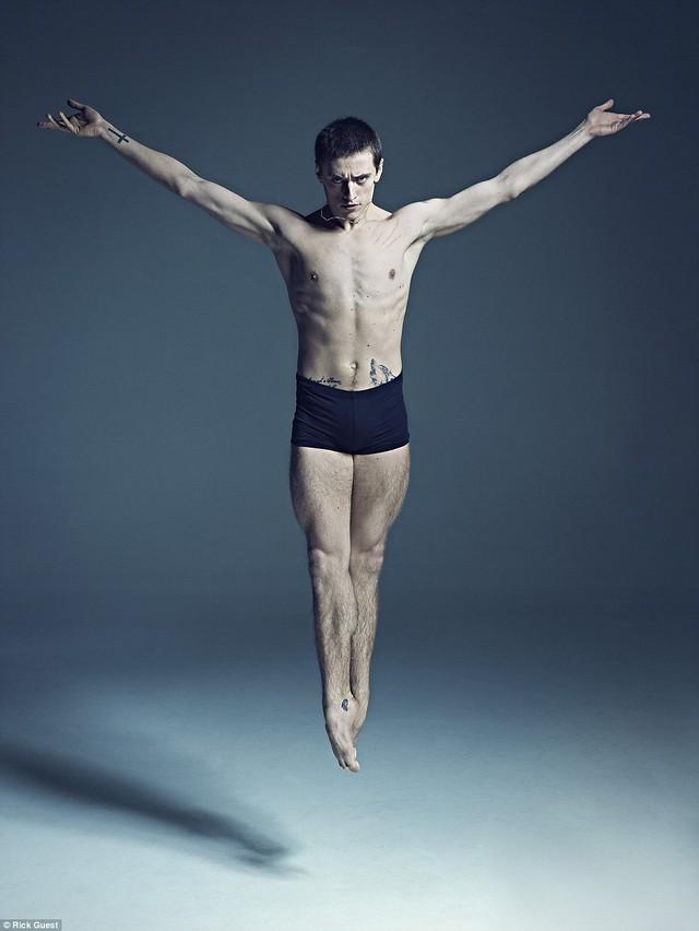 Để có những bước nhảy uyển chuyển trên sân khấu, các vũ công đã phải khổ luyện rất vất vả.
