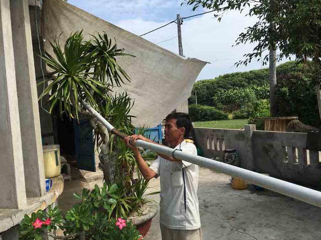 Người dân tranh thủ sửa lại ống dẫn nước xuống bể chứa