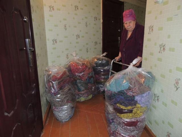 Bà cụ lớn tuổi và 300 đôi tất tự đan cho những nạn nhân của trận lũ lụt.