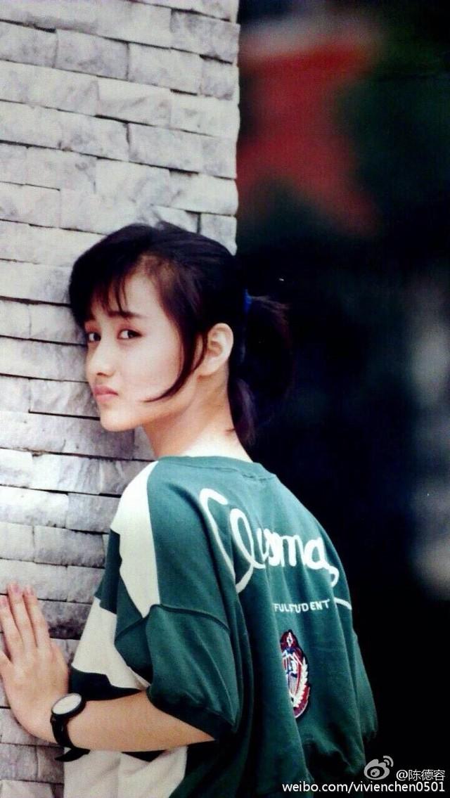 Vẻ đẹp thuần khiết và kiều diễm của Trần Đức Dung giúp cô lần đầu được tham gia bộ phim điện ảnh đầu tay năm 15 tuổi, mang tên Nữ sinh trong nước và Hai chiếc vòng.