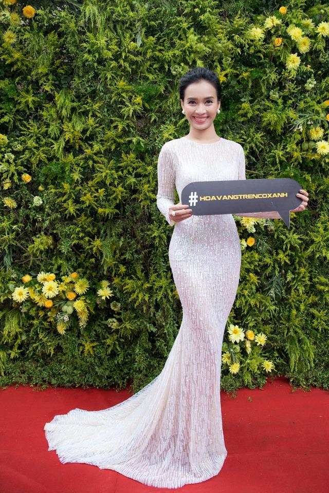 Trước đó, Ái Phương cũng tự tin khoe dáng với trang phục cô mặc để chào đón đồng nghiệp, khán giả tại không gian tràn ngập hoa vàng, cỏ xanh.