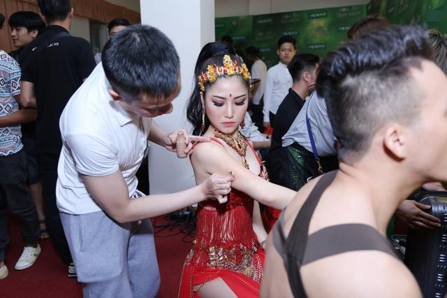 Khi có mặt tại hậu trường, Hương Tràm cùng ê kíp dành nhiều thời gian để chỉnh trang lại ngoại hình và trang phục.