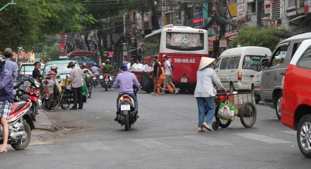 Một xe khách 45 chỗ bị xử phạt vì dừng đỗ trên đường Đề Thám - Ảnh: Văn Tiên