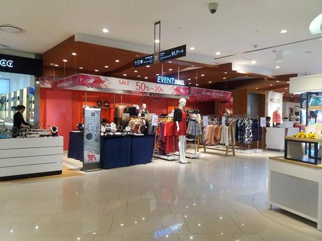 Dù giảm giá sâu đến 50% nhưng rất nhiều quầy hàng trong TTTM Lotte vẫn có lấy một khách đến xem hàng,