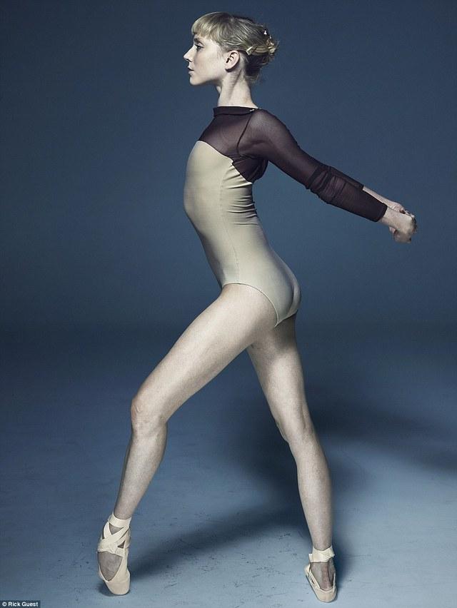 Vũ công người Mỹ, Sarah Lamb, vũ công chính của The Royal Ballet, đang tạo dáng chụp ảnh.