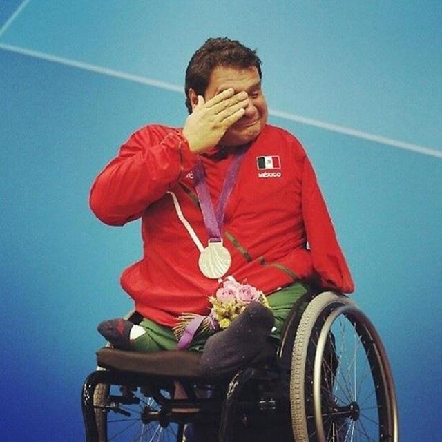 Giây phút hạnh phúc, bối rối của vận động viên mới giành huy chương vàng Paralympic.