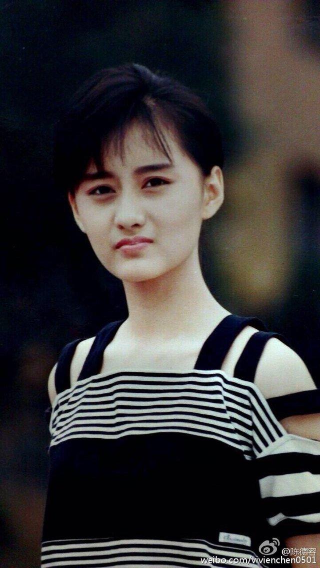 Từ đây con đường bước vào làng giải trí của Trần Đức Dung bắt đầu khởi sắc. Năm 1991, người đẹp ký hợp đồng với hãng phim Thiệu Thị của Hồng Kông, người đẹp được giao vai Tiểu Song trong phiên bản điện ảnh Lộc đỉnh ký 2: Thần Long giáo.