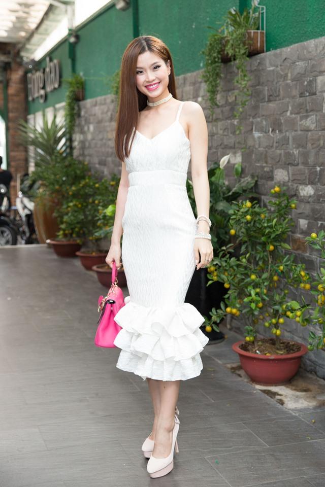 Á hậu Diễm Trang xinh đẹp, nổi bật khi đến chung vui với nữ ca sĩ mà cô quý mến.