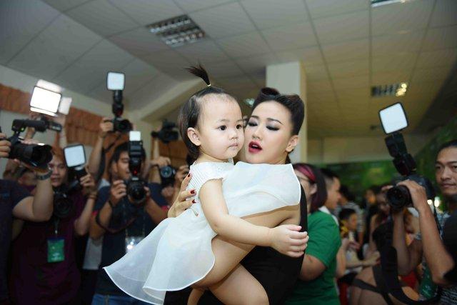 Ngoài cặp đôi Hương Tràm - Bùi Anh Tuấn, việc con gái lần đầu đến ủng hộ Maya tại The Remix cũng nhận được nhiều sự quan tâm của đồng nghiệp, báo giới.