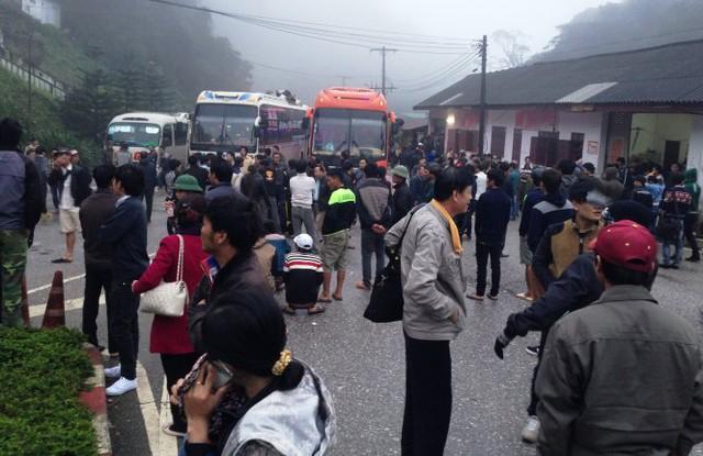 6g sáng, tại cửa khẩu Nampao, Lào, hàng trăm người đứng hàng giờ đồng hồ trong giá lạnh để làm thủ tục xuất, nhập cảnh - Ảnh: Doãn Hòa