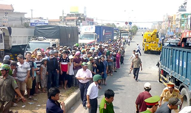 Đám đông hiếu kỳ vây quanh hiện trường vụ tai nạn gây cản trở giao thông trên quốc lộ 51 (đoạn thuộc phường Long Bình Tân, TP.Biên Hòa) vào tháng 1/2014 - (Ảnh: báo Đồng Nai)