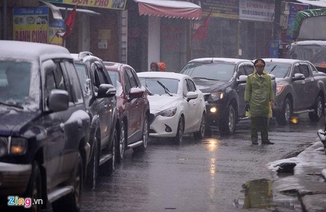 Theo nguồn tin của báo điện tử Zing, hiện đường lên Sapa đã bị tắc cả 10 km, lực lượng CSGT rất vất vả để điều tiết (ảnh Lê Hiếu/Zing.vn)
