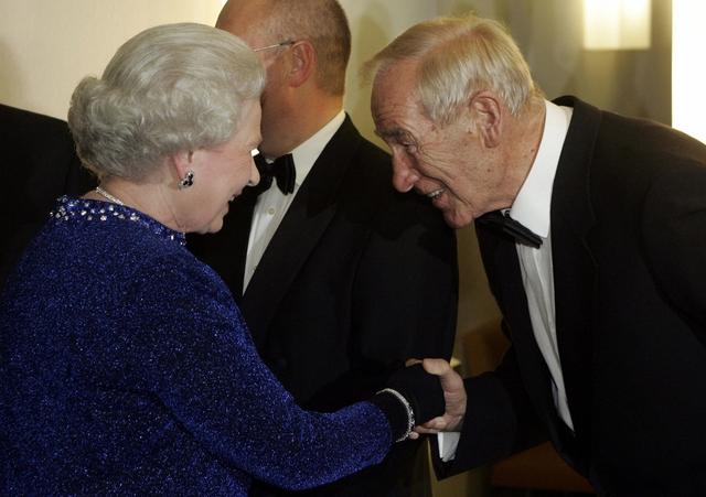 Bert Trautmann nhận huân chương OBE từ tay nữ hoàng Anh Elizabert II trao tặng.