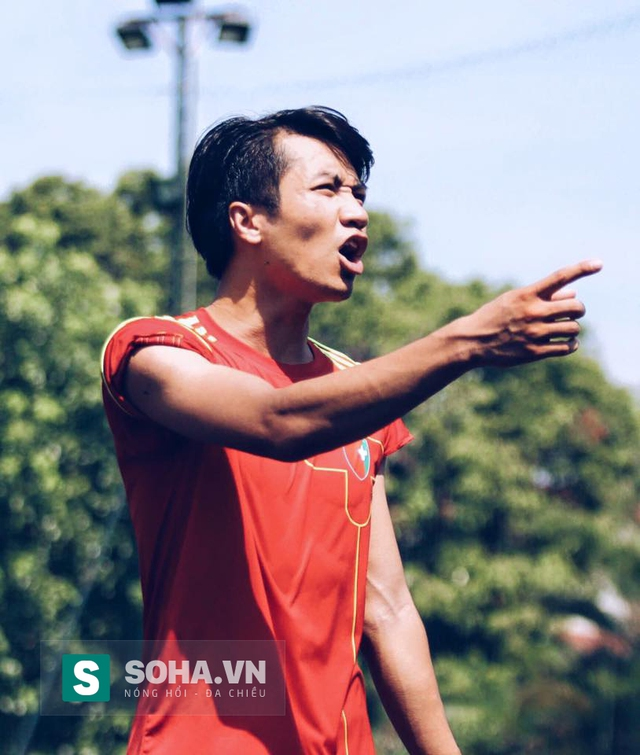 Bá Phú là trung vệ cừ khôi trên sân bóng.