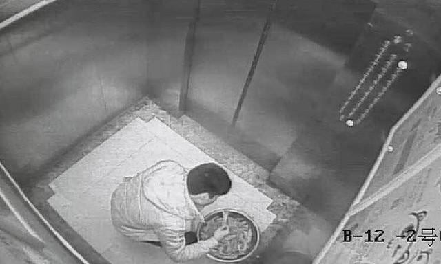Hình ảnh tên trộm ăn lẩu trong nhà hàng bị camera giám sát ghi lại.