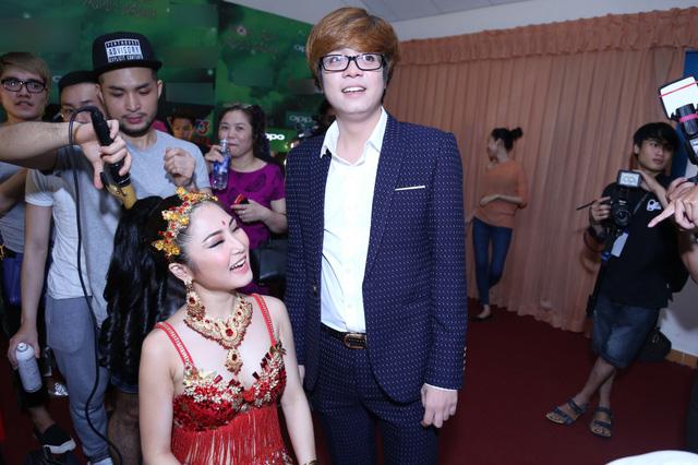 Hoàn thiện phần chuẩn bị, Hương Tràm vui vẻ, cười tít mắt khi hội ngộ Bùi Anh Tuấn - khách mời sẽ biểu diễn cùng cô trong đêm thi quyết định.