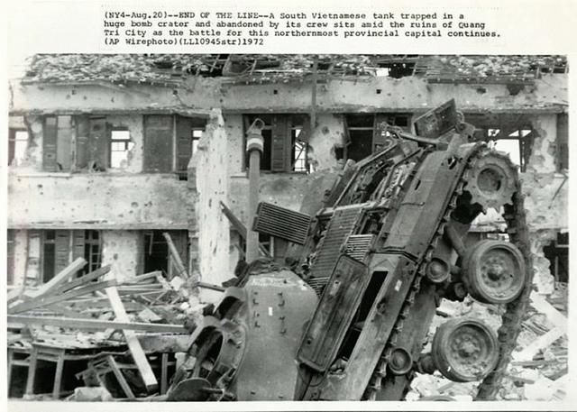 Xe tăng địch bị diệt ở Quảng Trị năm 1972. Ảnh: AP.