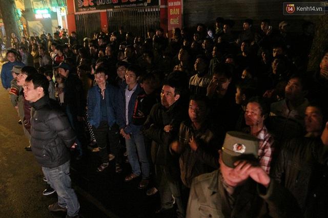 Người dân tập trung thành từng hàng dài như thế này để chứng kiến vụ cháy cửa hàng bán đồ gỗ tại Đê La Thành (Ba Đình, Hà Nội) ngày 3/2/2015.