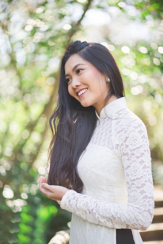 Vũ Nam Phương xinh đẹp trong tài áo dài truyền thống.