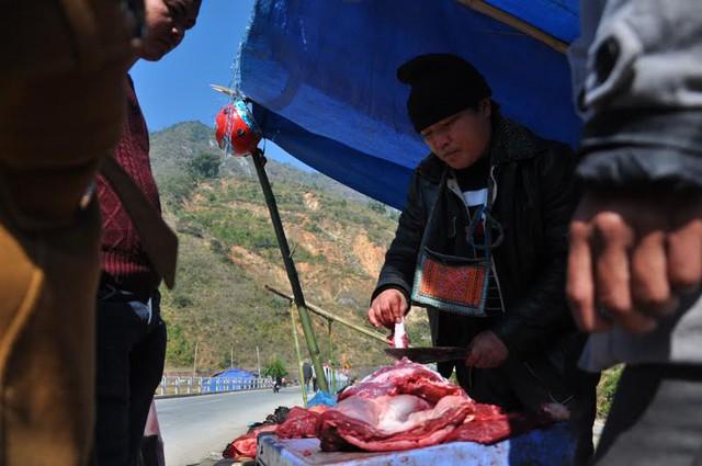 Thịt trâu được khách qua đường mua khá đông. Anh Tình (ở Hà Nội) cho biết: Thấy mấy ngày vừa qua rét tuyết rơi dày, trâu của bà con Sa Pa chết nhiều mà thương quá, chả biết lấy gì để hỗ trợ đành mua cân thịt trâu ủng hộ bà con thôi.