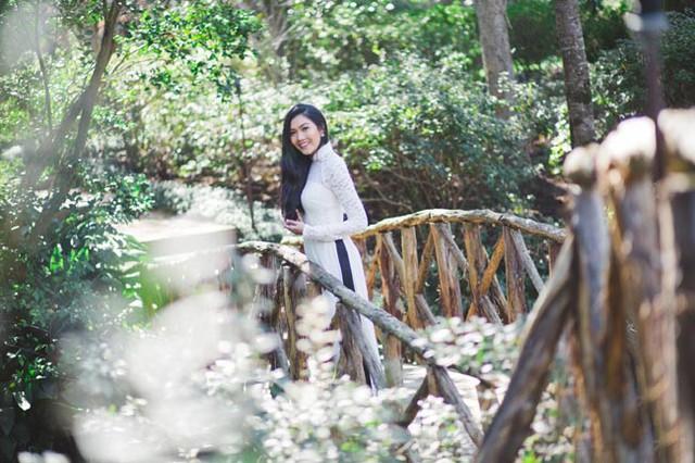 Áo dài bó sát đã góp phần tôn lên vẻ đẹp hình thể của Hoa khôi Miss Du học sinh.