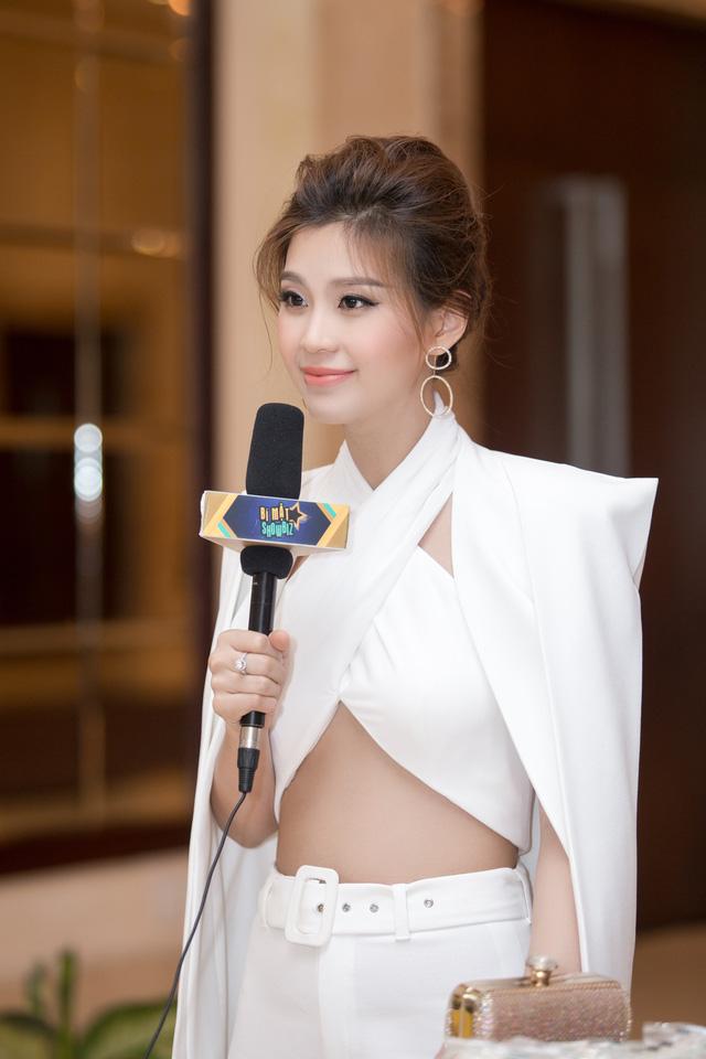 Á hậu 2 Hoa hậu Việt Nam 2014 Diễm Trang gây chú ý nhiều nhất với gu ăn vật lột xác hoàn toàn so với những lần xuất hiện trước đây.